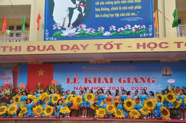 Hà Nội: 20 học sinh nghèo vượt khó vui mừng nhận học bổng trong ngày khai trường - 2