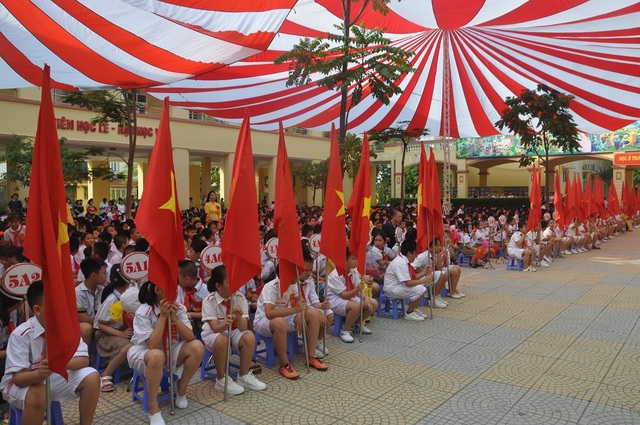 Hà Nội: 20 học sinh nghèo vượt khó vui mừng nhận học bổng trong ngày khai trường - 1
