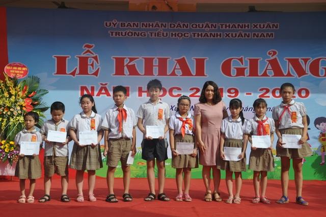 Hà Nội: 20 học sinh nghèo vượt khó vui mừng nhận học bổng trong ngày khai trường - 3