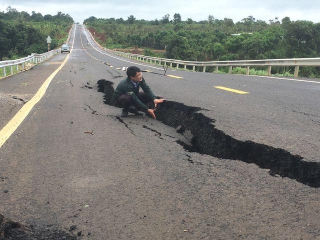 Bộ Giao thông lên tiếng về tuyến đường 250 tỷ đồng vừa làm xong đã nứt toác - 1