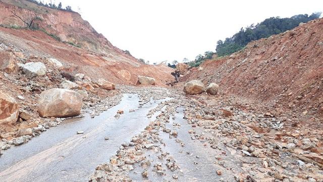 Kon Tum: 34 trường tạm hoãn lễ khai giảng vì mưa lớn, sạt lở nguy hiểm - 1