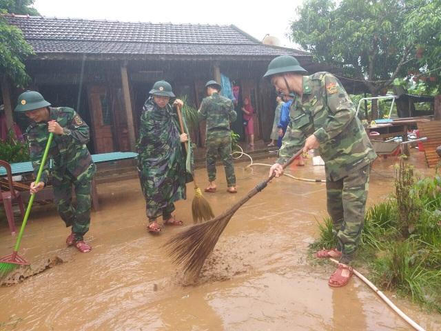 Sau mưa lũ, Bộ đội Biên phòng hối hả dọn bùn giúp dân - 2