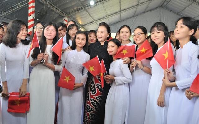 Nét đẹp trong veo của nữ sinh ngôi trường đón chào Chủ tịch quốc hội ngày khai giảng - 1