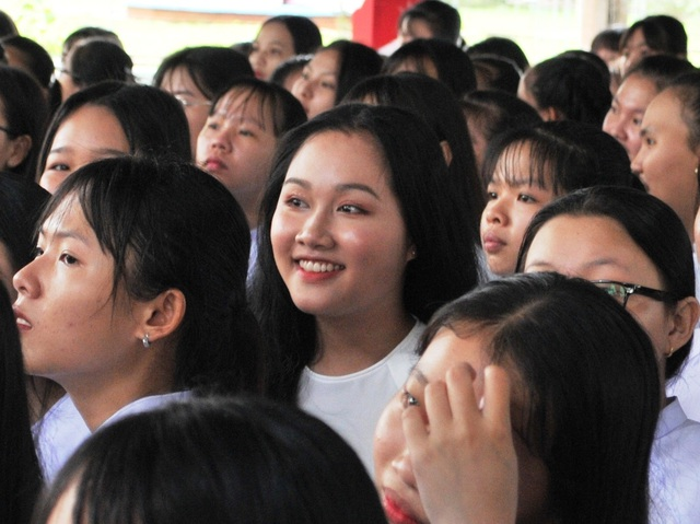 Nét đẹp trong veo của nữ sinh ngôi trường đón chào Chủ tịch quốc hội ngày khai giảng - 6