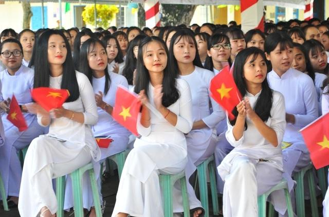 Nét đẹp trong veo của nữ sinh ngôi trường đón chào Chủ tịch quốc hội ngày khai giảng - 2