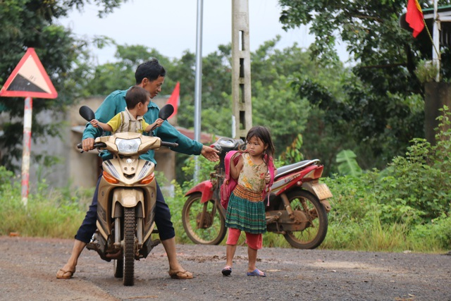 Bộ đội dùng xe chuyên dụng đi đón học sinh đến trường khai giảng - 2