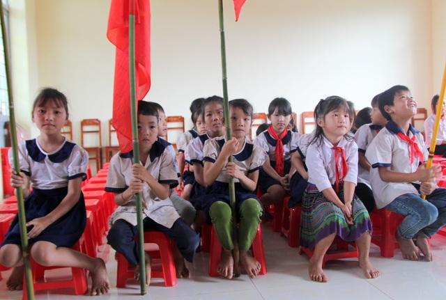 """Học sinh quần áo lấm lem, """"chân quỳ chân chống"""" dự lễ khai giảng - 1"""