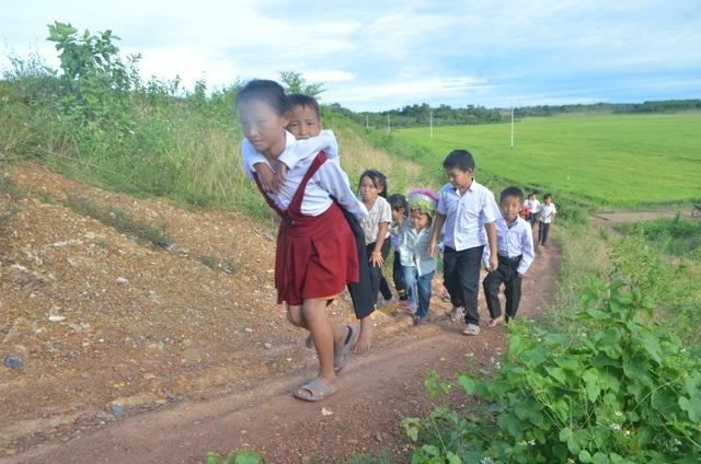 """Học sinh quần áo lấm lem, """"chân quỳ chân chống"""" dự lễ khai giảng - 4"""