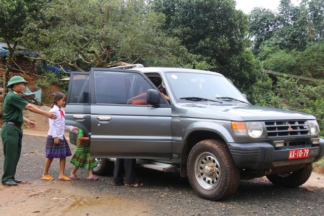 Bộ đội dùng xe chuyên dụng đi đón học sinh đến trường khai giảng - 7
