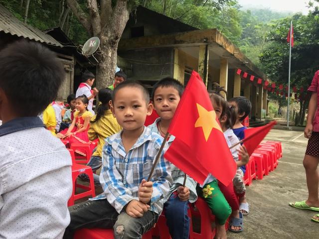 Đáng yêu trẻ vùng cao trong ngày khai giảng năm học mới - 8