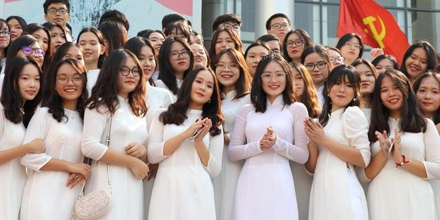 Nụ cười răng khểnh tỏa nắng của nữ sinh 10X trường Ams ngày khai giảng - 7