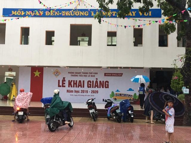 Không khí khai giảng khắp xứ Nghệ: Miền xuôi mưa, biên giới nắng ráo - 3