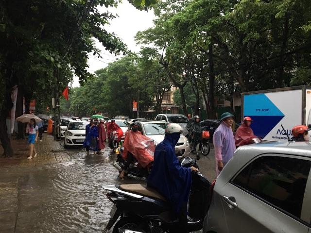 Không khí khai giảng khắp xứ Nghệ: Miền xuôi mưa, biên giới nắng ráo - 1