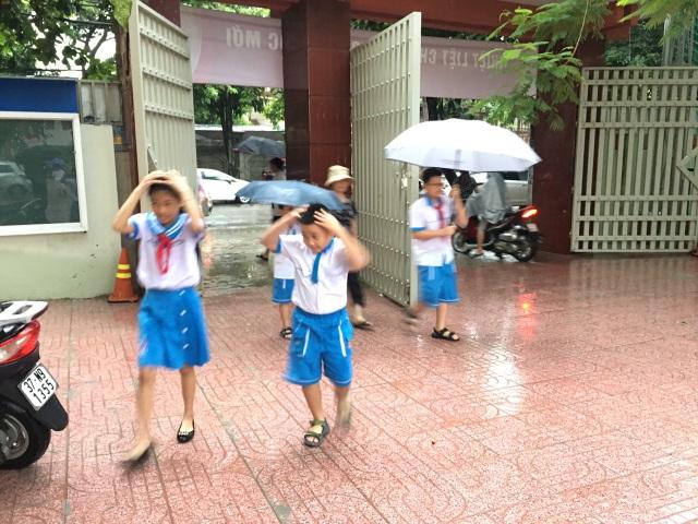 Không khí khai giảng khắp xứ Nghệ: Miền xuôi mưa, biên giới nắng ráo - 2