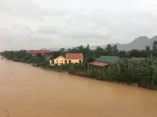 Đi thị sát vùng lũ, Phó Chủ tịch huyện cùng nhiều cán bộ bị lật thuyền trôi gần 1km - 3