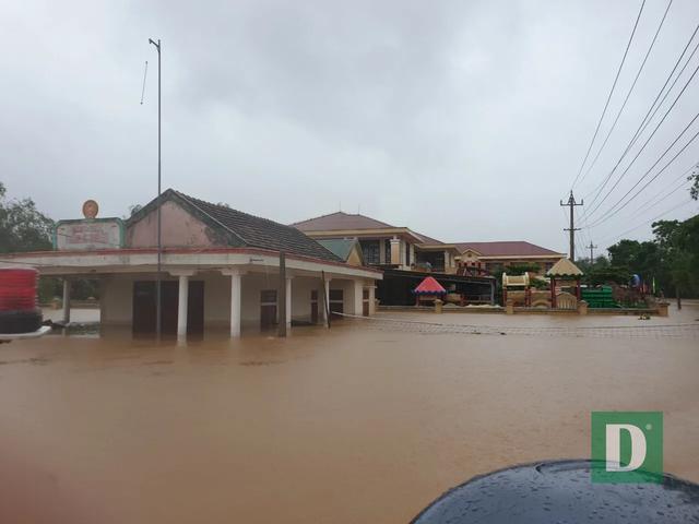 Vùng rốn lũ tiếp tục ngập sâu, nhiều xã ven sông Gianh chìm trong biển nước - 3