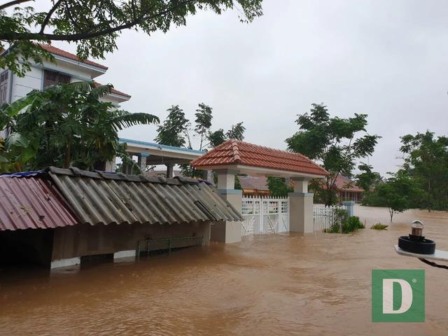 Vùng rốn lũ tiếp tục ngập sâu, nhiều xã ven sông Gianh chìm trong biển nước - 4