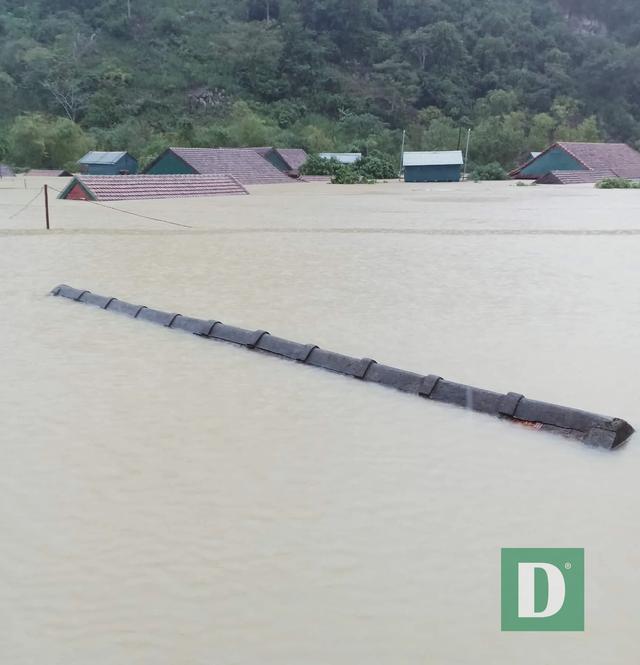 Vùng rốn lũ tiếp tục ngập sâu, nhiều xã ven sông Gianh chìm trong biển nước - 2