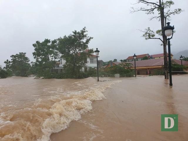 Vùng rốn lũ tiếp tục ngập sâu, nhiều xã ven sông Gianh chìm trong biển nước - 9
