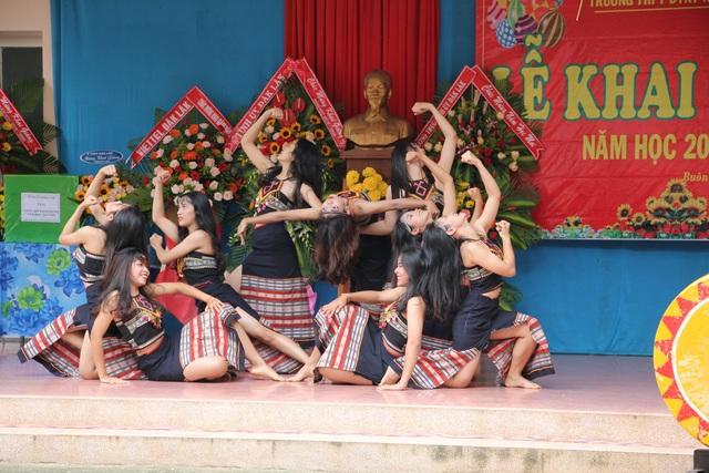 Đắk Lắk: Nữ sinh các dân tộc xinh xắn trong ngày khai trường - 5