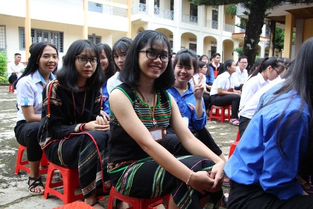 Đắk Lắk: Nữ sinh các dân tộc xinh xắn trong ngày khai trường - 6