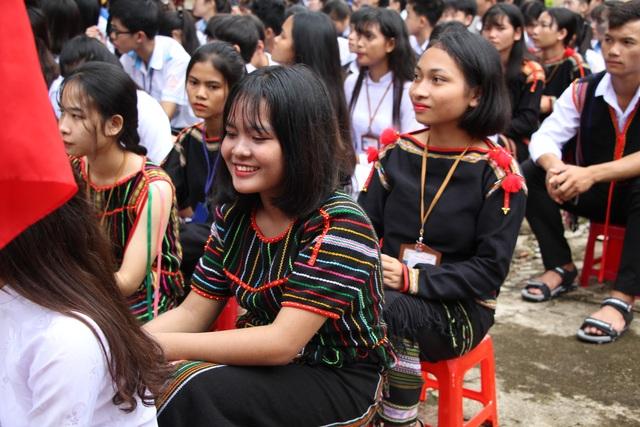 Đắk Lắk: Nữ sinh các dân tộc xinh xắn trong ngày khai trường - 4