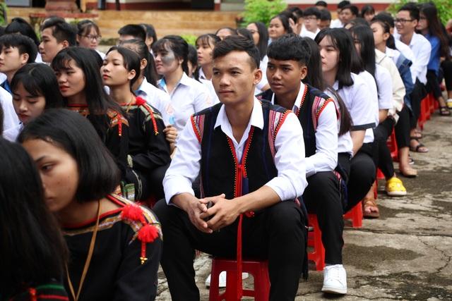 Đắk Lắk: Nữ sinh các dân tộc xinh xắn trong ngày khai trường - 11