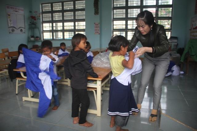 Thầy cô dành tặng quần áo mới cho học sinh vùng cao trong sáng khai giảng - 9