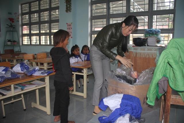 Thầy cô dành tặng quần áo mới cho học sinh vùng cao trong sáng khai giảng - 3