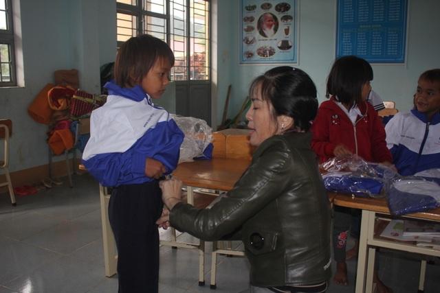 Thầy cô dành tặng quần áo mới cho học sinh vùng cao trong sáng khai giảng - 1