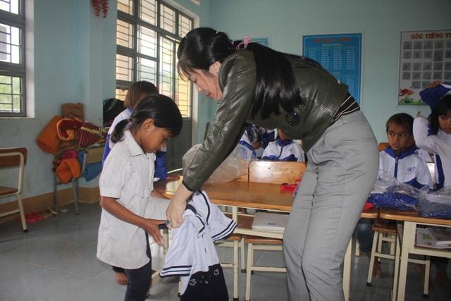Thầy cô dành tặng quần áo mới cho học sinh vùng cao trong sáng khai giảng - 2