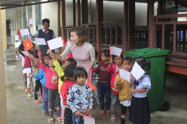 Thầy cô dành tặng quần áo mới cho học sinh vùng cao trong sáng khai giảng - 11
