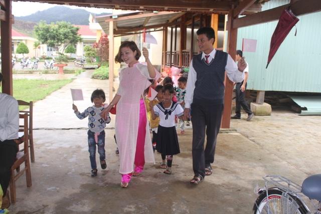 Thầy cô dành tặng quần áo mới cho học sinh vùng cao trong sáng khai giảng - 12