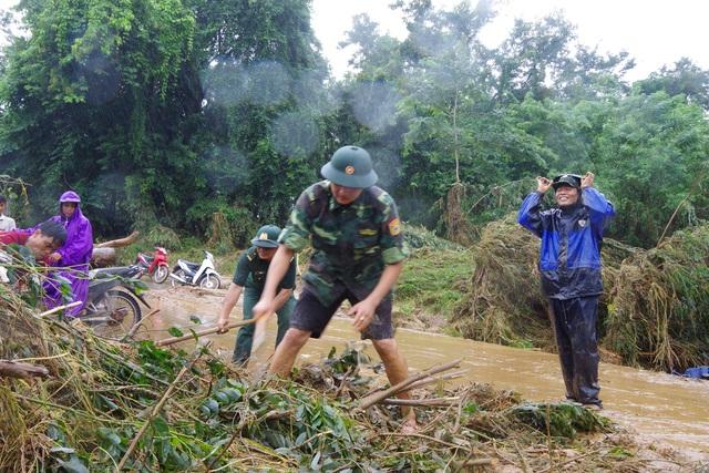 Sau mưa lũ, Bộ đội Biên phòng hối hả dọn bùn giúp dân - 3