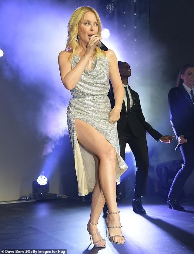 Kylie Minogue diện váy đính 100.000 viên pha lê - 1