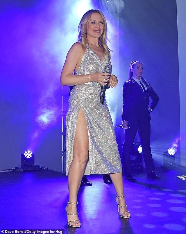 Kylie Minogue diện váy đính 100.000 viên pha lê - 4