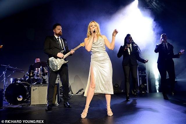 Kylie Minogue diện váy đính 100.000 viên pha lê - 2