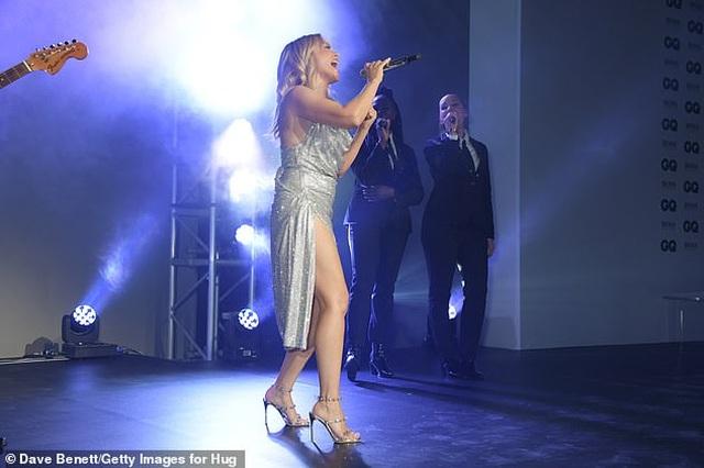 Kylie Minogue diện váy đính 100.000 viên pha lê - 3