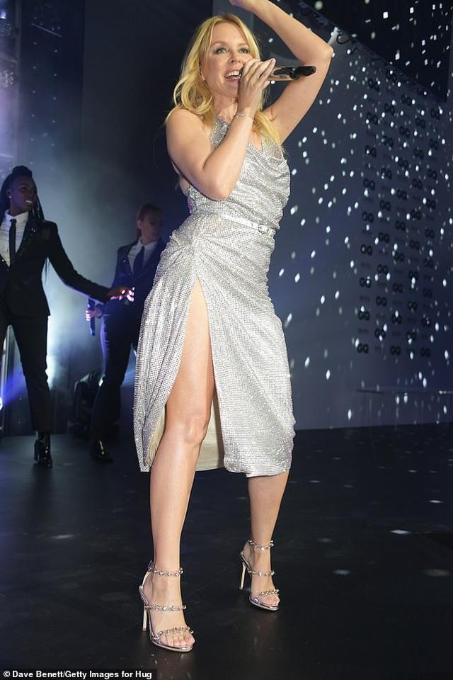 Kylie Minogue diện váy đính 100.000 viên pha lê - 8