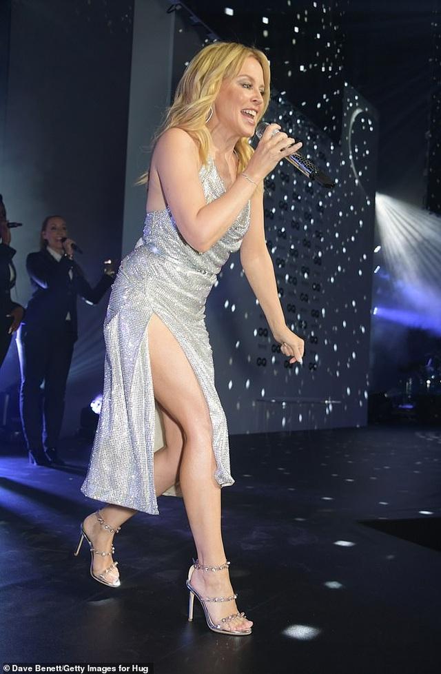 Kylie Minogue diện váy đính 100.000 viên pha lê - 10