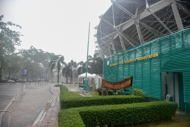 Mưa như trút nước trên sân Thammasat trước giờ diễn ra trận Việt Nam - Thái Lan - 2