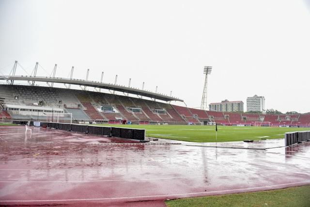 Mưa như trút nước trên sân Thammasat trước giờ diễn ra trận Việt Nam - Thái Lan - 3
