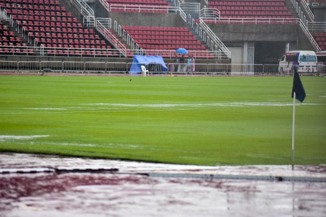 Mưa như trút nước trên sân Thammasat trước giờ diễn ra trận Việt Nam - Thái Lan - 1