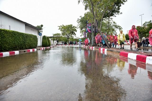 Mưa như trút nước trên sân Thammasat trước giờ diễn ra trận Việt Nam - Thái Lan - 4
