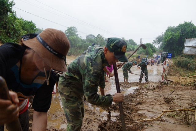 Sau mưa lũ, Bộ đội Biên phòng hối hả dọn bùn giúp dân - 4
