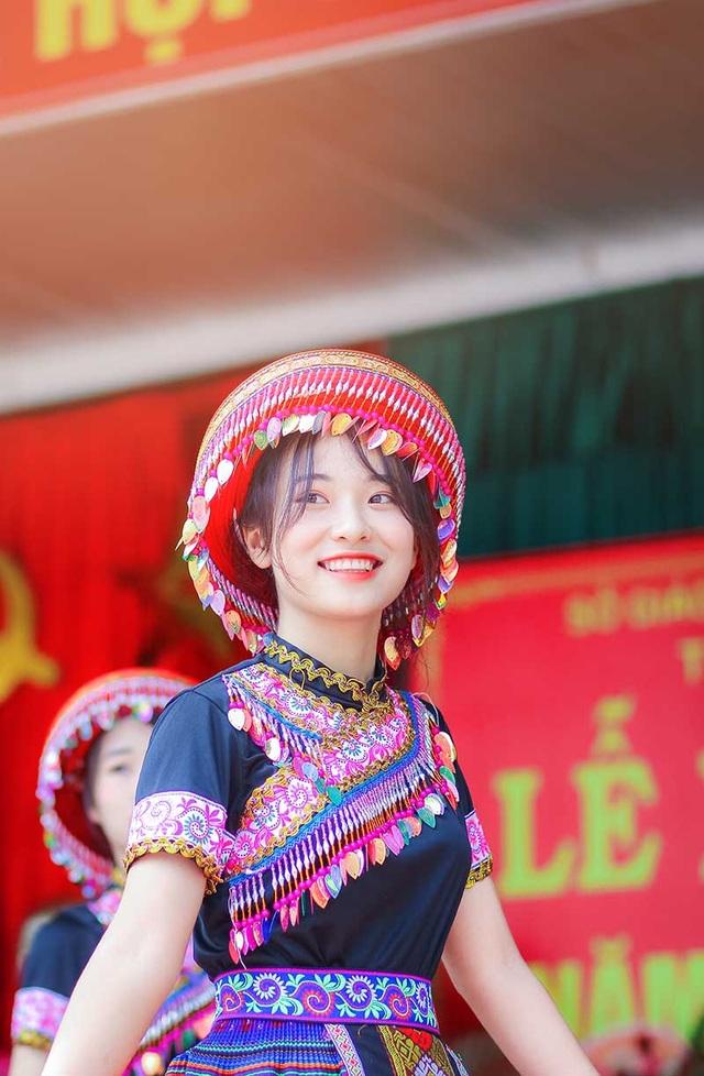 Nữ sinh Thái Nguyên bất ngờ nổi tiếng sau màn biểu diễn trong lễ khai giảng - 1