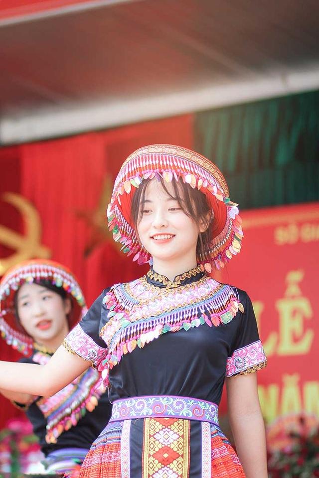 Nữ sinh Thái Nguyên bất ngờ nổi tiếng sau màn biểu diễn trong lễ khai giảng - 2