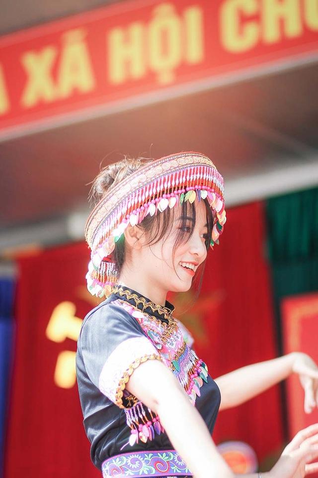Nữ sinh Thái Nguyên bất ngờ nổi tiếng sau màn biểu diễn trong lễ khai giảng - 4