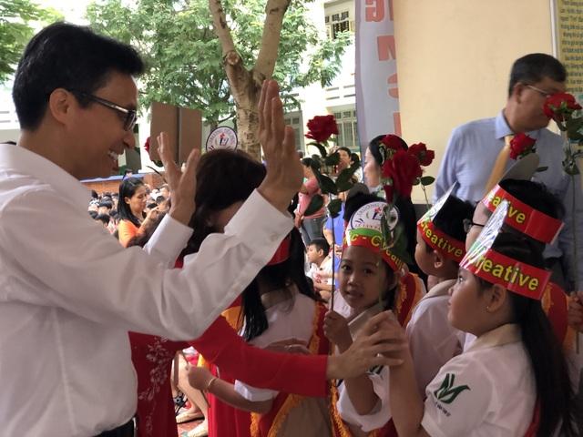 Phó Thủ tướng Vũ Đức Đam đứng cùng phụ huynh xem học sinh khai giảng - 3