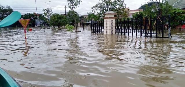 Vùng rốn lũ tiếp tục ngập sâu, nhiều xã ven sông Gianh chìm trong biển nước - 5